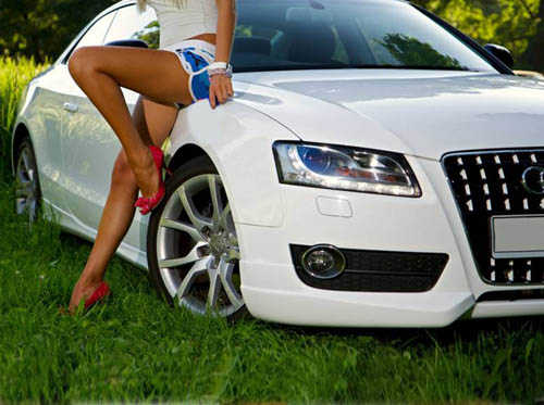 Парень, девушка и дорогая машина...