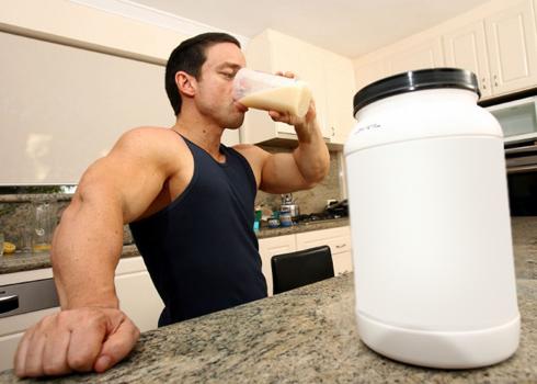 бодибилдер пьет протеин