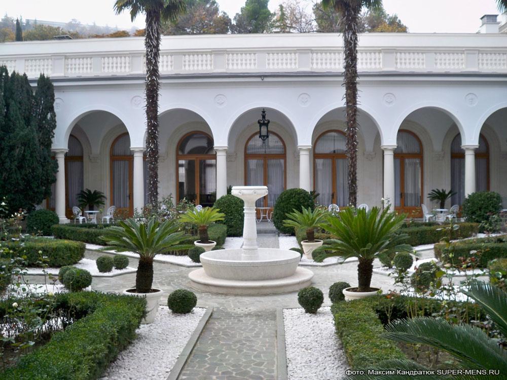двор Ливадийского дворца