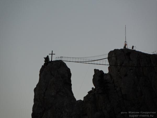 пик с крестом, подвесной мост