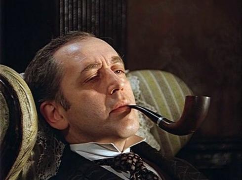 Шерлок Холмс курит