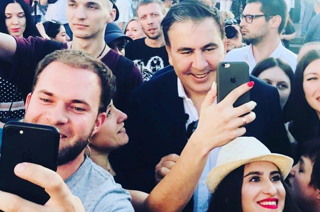 Саакашвили сломал руку женщине: видео