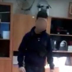 В Москве школьник избил учительницу и разгромил класс из-за наушников